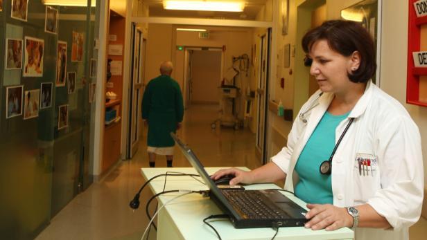 ELGA benutzende Ärztin in einem Spital.