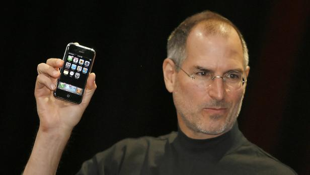Steve Jobs mit dem iPhone