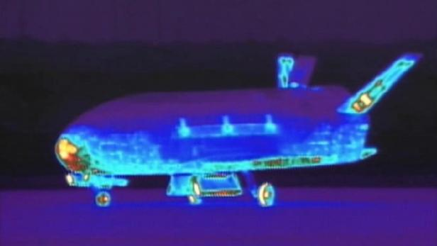 OTV-2 nach seiner Landung auf einer Infrarot-Aufnahme. Die heiße Schnauze zeugt von den hohen Temperaturen beim Wiedereintritt in die Erdatmosphäre.
