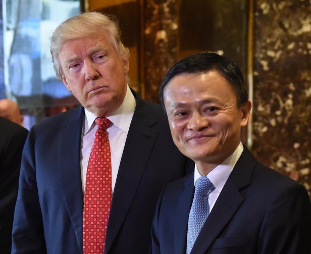 Während Alibaba-Gründer Jack Ma von Donald Trump hofiert wird, ringt Yahoo ums Überleben