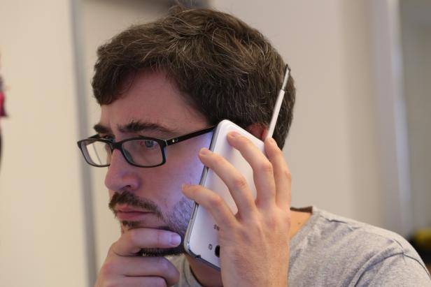 Retro-Phoning: Das Note II imitiert Kopfüber ein großes Uralt-Handy mit ausziehbarer Antenne