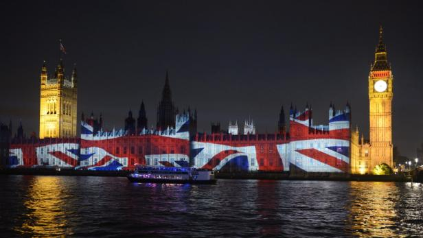 EPAepa03358946 The Union Jack is projected on the House of Parliament on the eve of the last day of the London 2012 Olympic Games, London, Britain, 11 August 2012.  EPA/Rainer Jensen