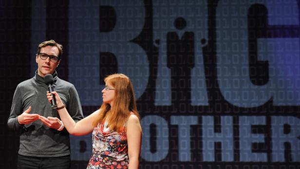 Jacob Appelbaum gab der futurezone-Redakteurin Barbara Wimmer auch im Rahmen der Big Brother Awards-Gala im Rabenhoftheater ein kurzes Interview on Stage.