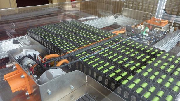 Batterie-Packs im Fahrzeugrahmen.