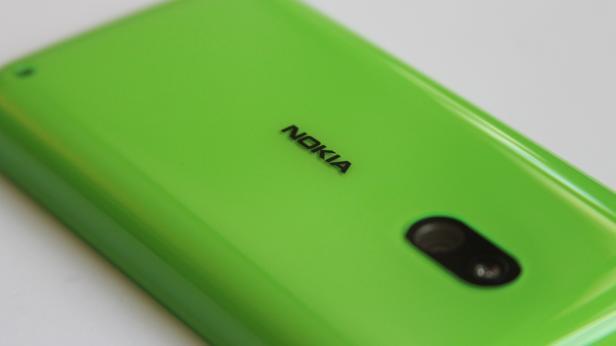 Das Nokia-Logo auf der Außenhülle wirft einen Schatten auf die innere, nicht durchsichtige Hülle