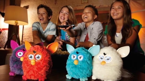 Furby ist in diversen Farben erhältlich. Auf dem Bild: Eine wilde Furby-Party zu der wir nicht eingeladen waren.