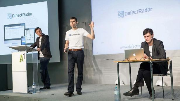 Firmengründer Domagoj Dolinsek (Mitte) präsentiert seine Idee