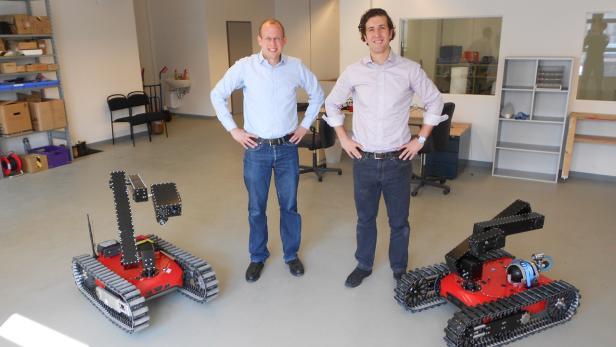 Die taurob-Gründer Lukas Silberbauer (li.) und Matthias Biegl (re.) mit zwei Roboter-Varianten.