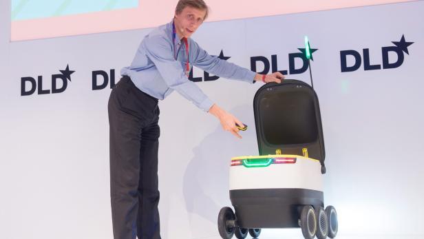 Ahti Heinla mit seinem Lieferroboter auf der Münchner Innovationskonferenz DLD
