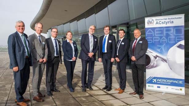 Luftfahrttag 2016 Gruppenbild mit (v.l.n.r.) Manfred Hader (Roland Berger), Gerald Nittnaus (FH Joanneum), Bruno Gubser (Marenco Swisshelicopter), Sabine Kremnitzer (FFG – Take Off), Matthias Naumann (Airbus), Wolfgang Vlasaty (Mobilitätscluster ACstyr