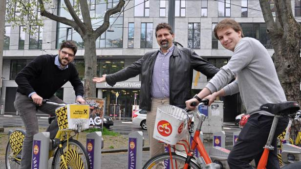 Michael Sedlmair mit Torsten Möller, dem Leiter der VDA-Gruppe und Master-Student Michael Oppermann (v.li.)