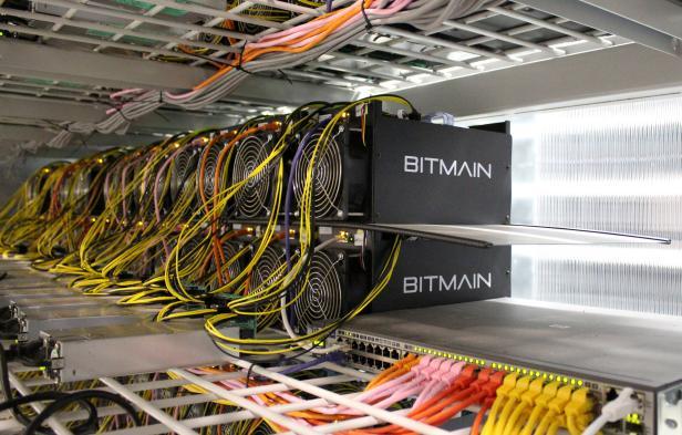 Ein Bitcoin-Mining-Rig mit ASIC-Minern