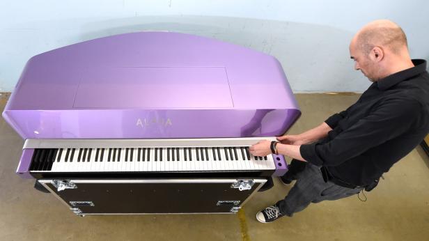 Alpha-Pianos-Gründer Mario Aiwasian mit dem für Prince hergestellten Hightech-Klavier