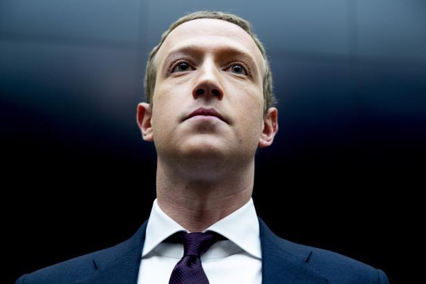 CEO Mark Zuckerberg, Trump'ın Facebook ve Instagram'dan en az iki hafta süreyle yasaklandığını duyurdu.