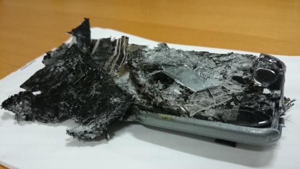 Die Überreste eines Smartphones, das an Bord einer Qantas-Maschine zu brennen begonnen hat, nachdem es im Sitz eingeklemmt wurde