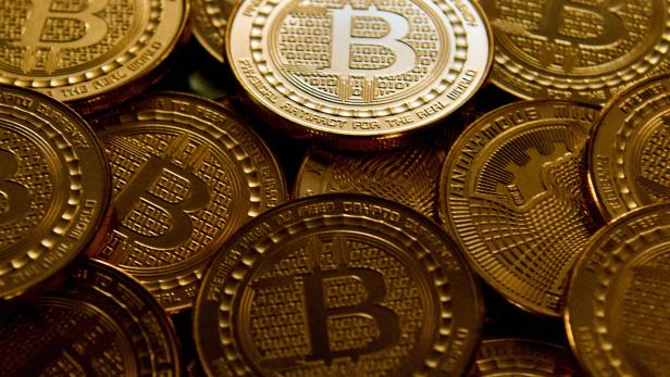 FILES-YEAR2017-FOREX-CURRENCY-BITCOIN-WIRELESS