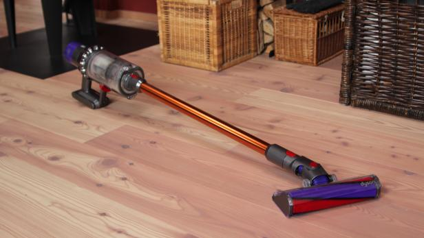 dyson v10 im test akku staubsauger als muskeltrainer. Black Bedroom Furniture Sets. Home Design Ideas