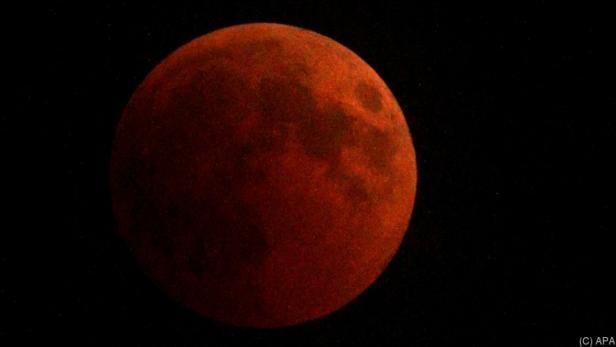 Der Mond kurz vor der totalen Verfinsterung