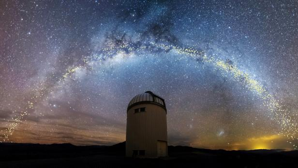 The warped shape of the stellar disk of the Milky Way galaxy is seen over the Warsaw telescope