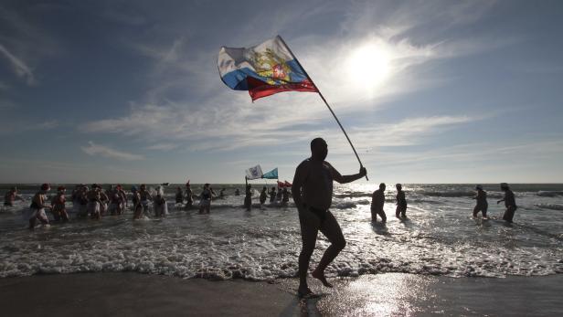 Fans of winter swimming gather to mark Orthodox Christmas in Yevpatoriya
