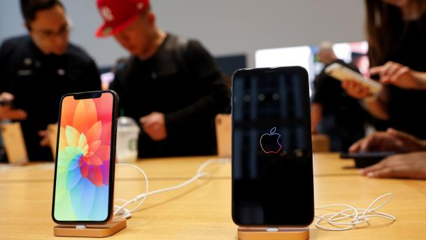 FILE PHOTO: The new Apple iPhone Xs Max and iPhone X are seen on display at the Apple Store in Manhattan, New York