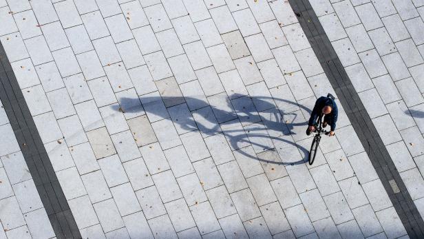 Fahrradfahrer wirft Schatten