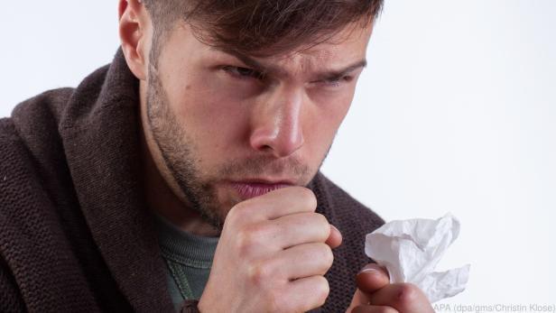 Hauptübertragungsweg ist die Tröpfcheninfektion etwa über hustende Erkrankte