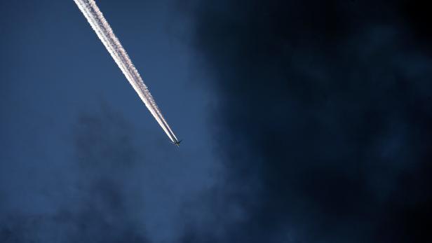 Passagierflugzeug vor Wolkenfront