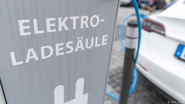 E-Ladesäulen sind auffällige Einrichtungen an Straßenrändern