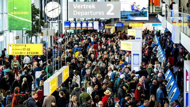 Flights at Schiphol cancelled or delayed