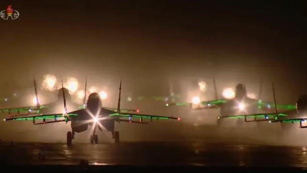 MiG-29 mit grüner Beleuchtung