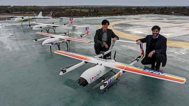 Die Apian-Gründer Hammad Jeilani (rechts) und Christopher Law mit den Drohnen