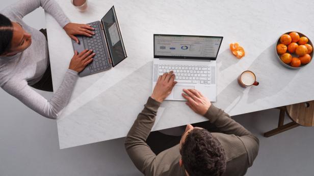 2 Menschen am Windows 10 Notebook