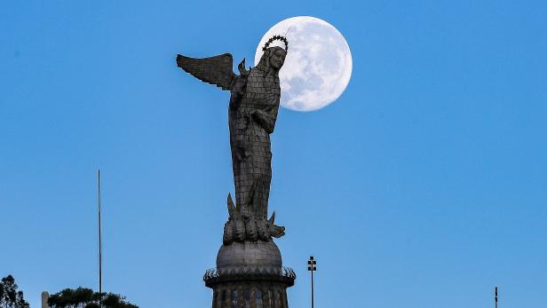 Morning full moon in the Ecuadorian capital