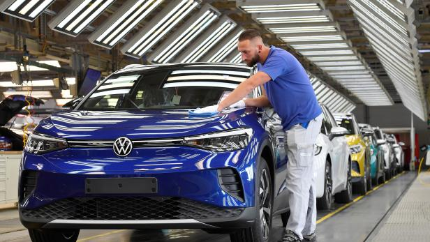 """VW shows electric SUV """"ID 4"""" during a photo workshop"""