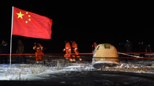 Chang'e-5 spacecraft with Moon samples, lands in China