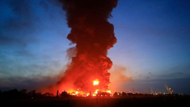 TOPSHOT-INDONESIA-ACCIDENT-REFINERY-FIRE