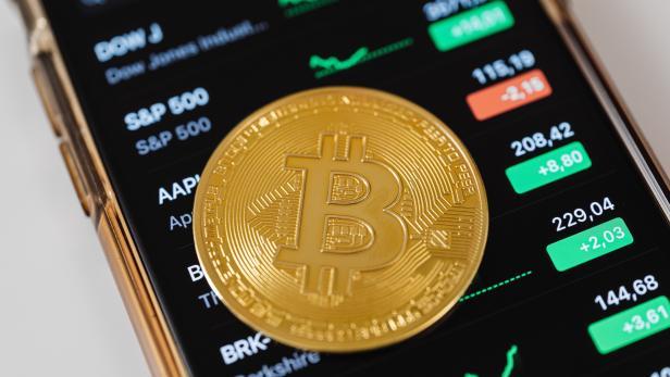 Bitcoin-Münze auf Handy