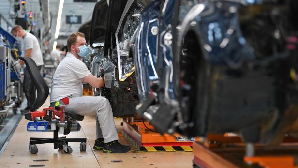 FILE PHOTO: FILE PHOTO: Production line of German car manufacturer Audi amid the coronavirus pandemic