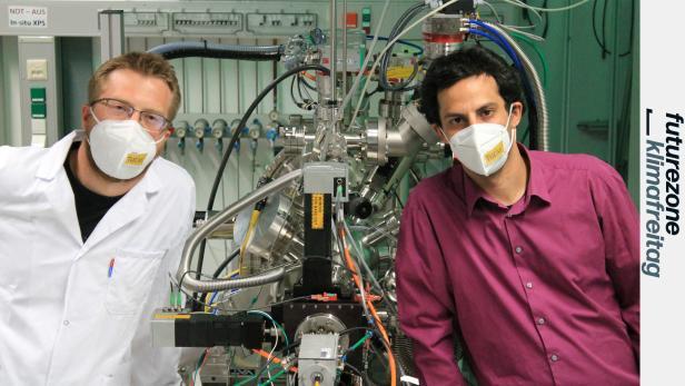 Zwei TU-Forscher neben einem Reaktor mit Perowskit-Katalysator