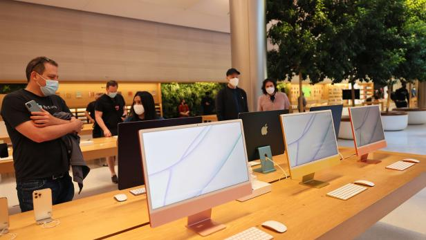 US-APPLE-DISPLAYS-NEW-PRODUCTS-AT-5TH-AVE-STORE-IN-NEW-YORK-CITY