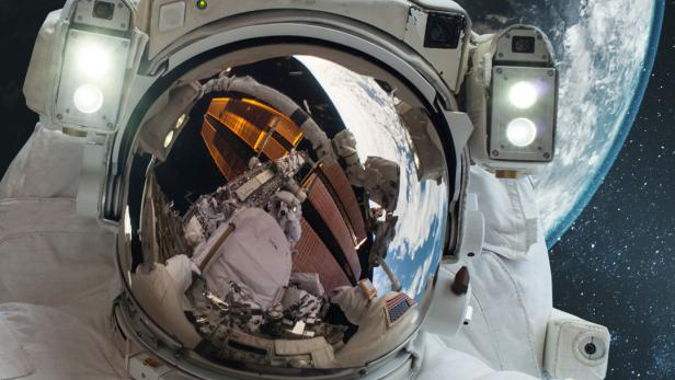 Werbesujet für die Sendung Mission Erde von schauTV mit Astronauten im Raumanzug