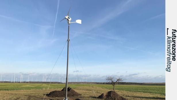 Modell eines kleinen Windrades für ein Wasserstoffkraftwerk im Garten