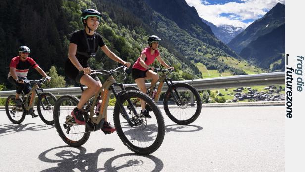 E-Bike-Ausflügler auf einer Alpenstraße