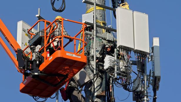 FILE PHOTO: A contract crew from Verizon installs 5G equipment on a tower in Orem