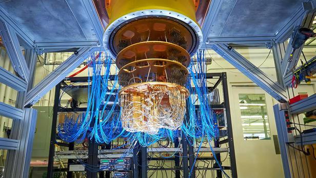 Hängender Google Quantencomputer mit vielen Kabeln