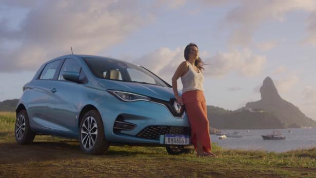 Renault Zoe plus Fahrerin vor malerischer Kulisse von Fernando de Noronha