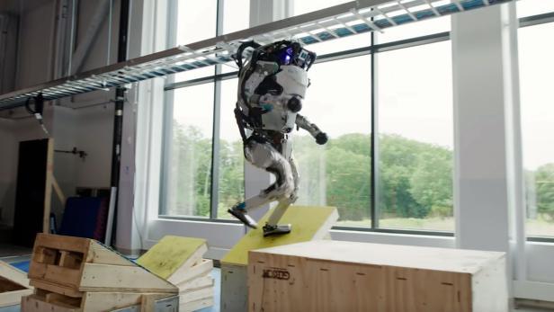 Roboter Atlas springt über Hindernisse