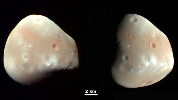 Zwei Ansichten des Mars-Mondes Deimos mit Größenskala