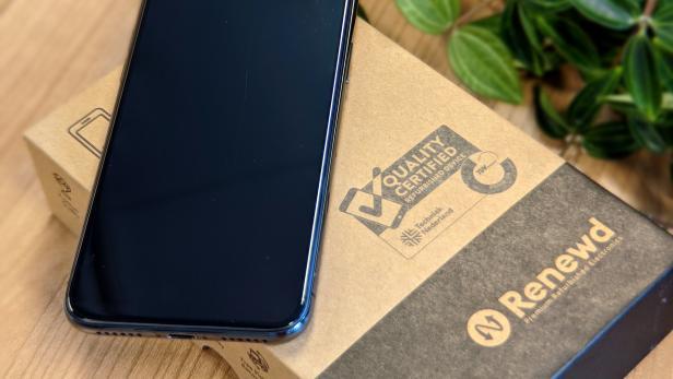Refurbished iPhone auf einer Kartonverpackung